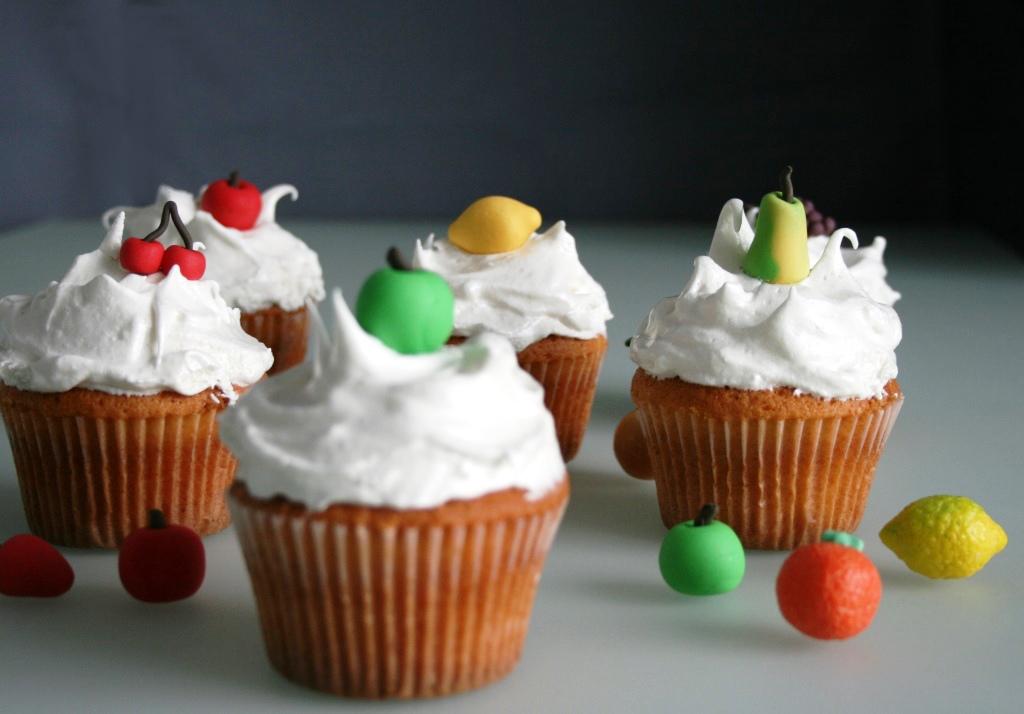 meringue icing cupcake